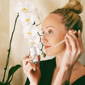 woman using snow mushroom water serum