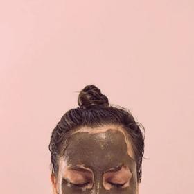 woman wearing detoxfying silt gelee